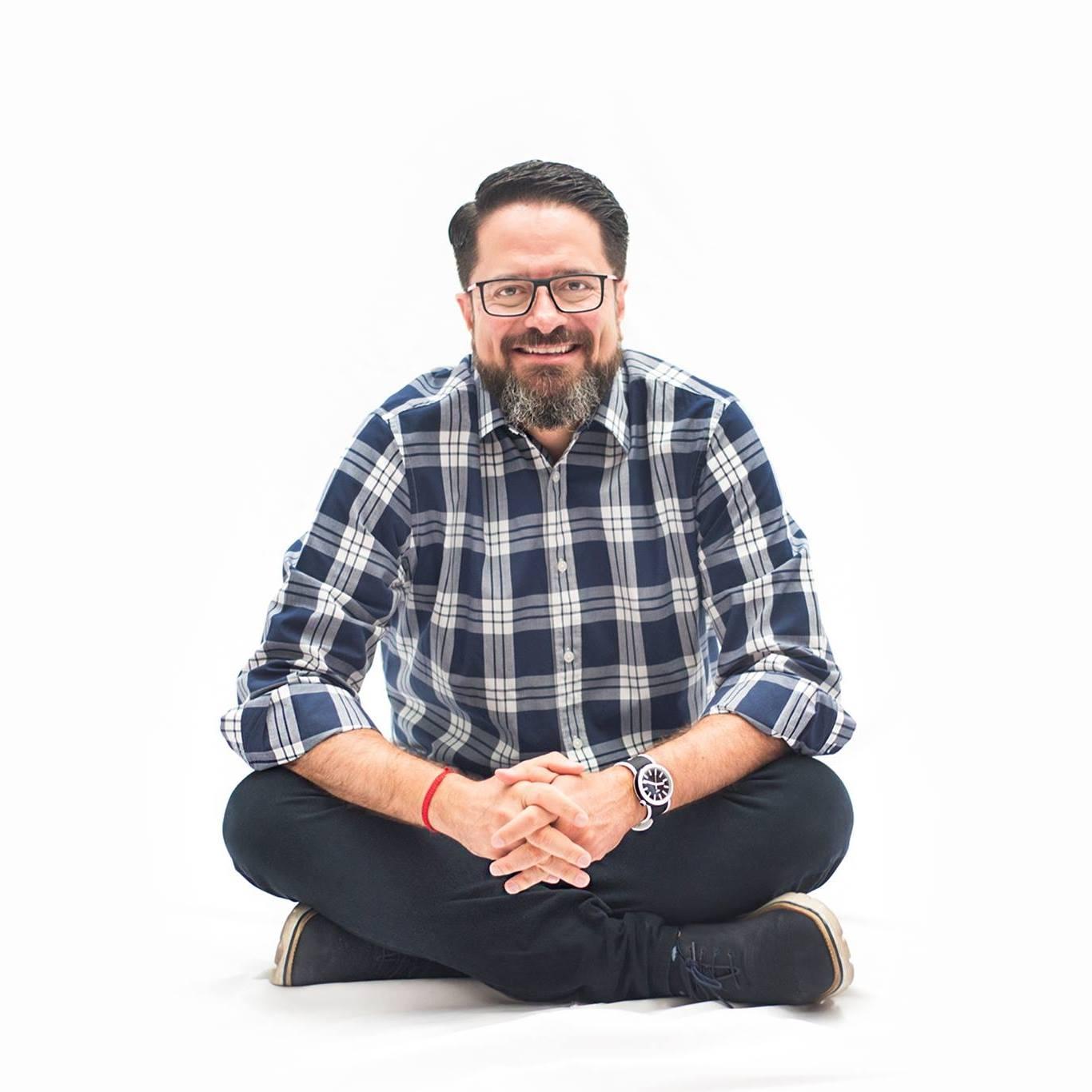 """EDUARDO KNAPP   Empresario, catedrático, conferencista y escritor. Se dedica a través de su proyecto de vida """"AVENTURA EMPRENDER"""" a ayudar a las personas a descubrir y desarrollar su pasión para ser emprendedores."""