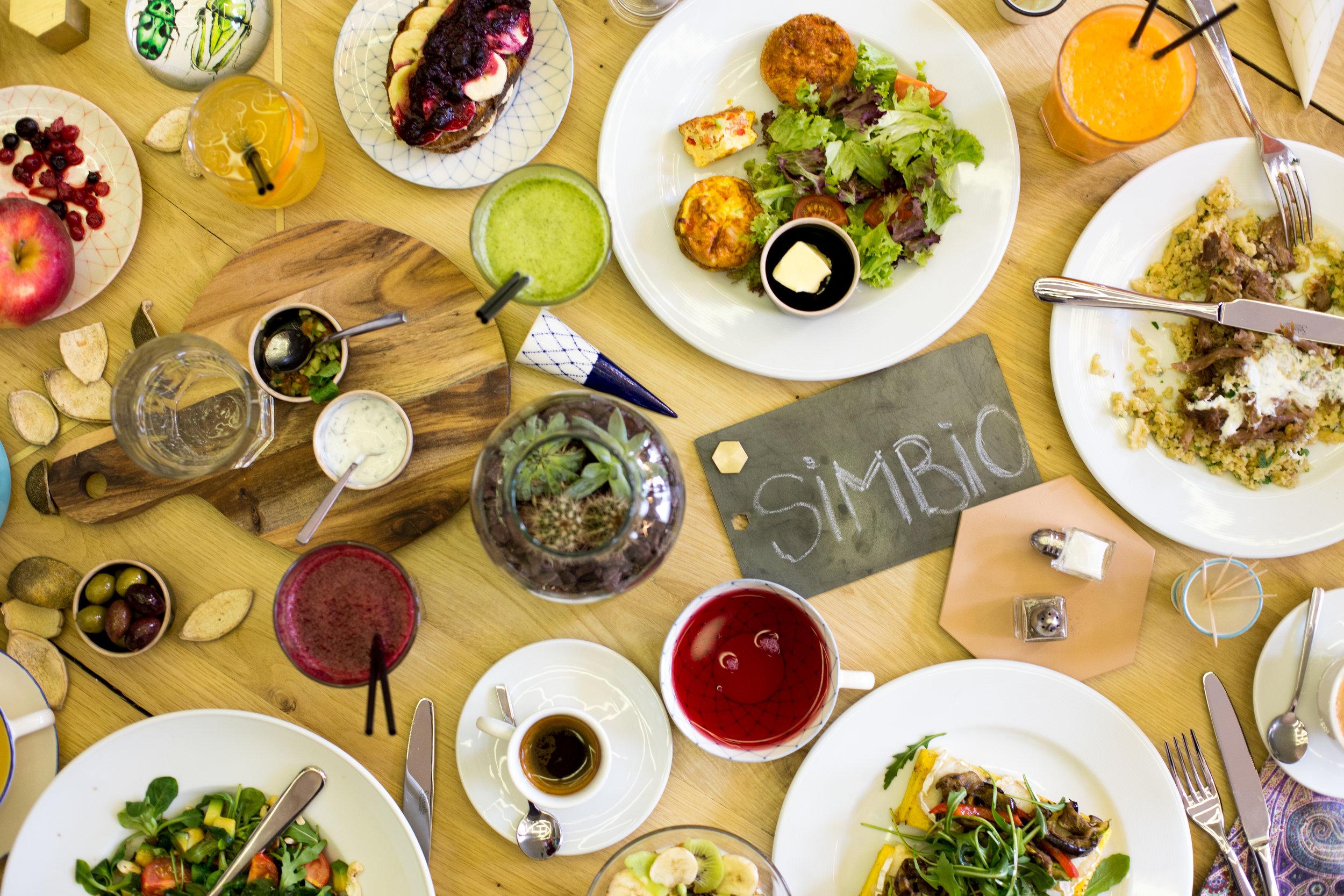 AcasA la Simbio - Aici este locul unde ziua începe cu o cafea bună, unde micul dejun nu are program fix, prânzul e gustos și serile relaxate. La noi te simți ca la un prieten drag acasă. Bucătăria e deschisă, poți să vezi cum îți gătim felurile preferate, grădina e un refugiu ferit de agitația orașului, iar în bar poți foarte ușor să pierzi noțiunea timpului. Cu mult drag și dedicare pentru tine.