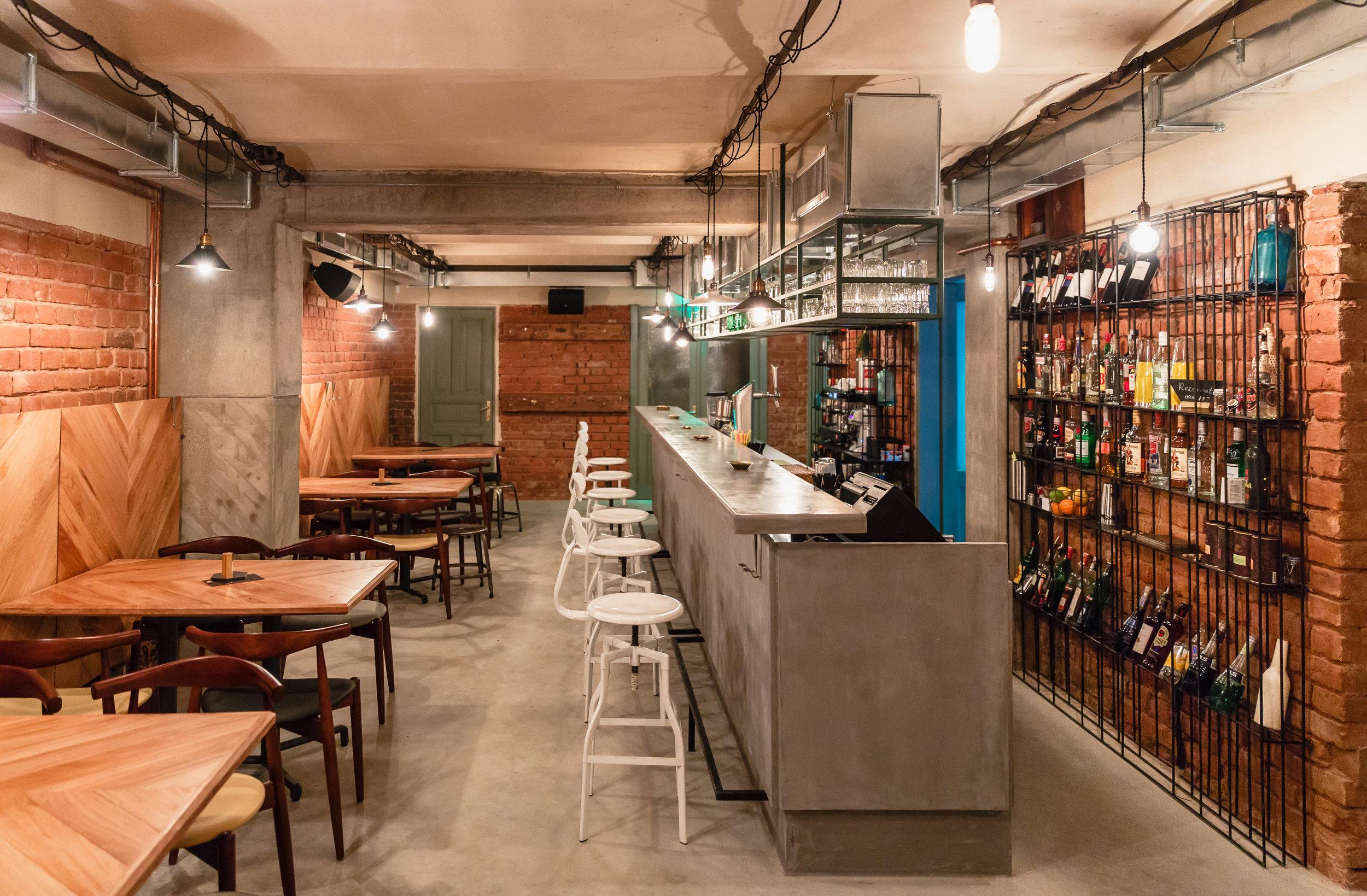 Bar - Când vrei să uiți de emailuri și deadline-uri, te așteptăm cu un pahar de vin bun, o bere rece sau un cocktail făcut așa cum îți place.