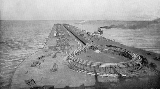 The moving sidewalk on the Pier at the 1893 Columbian Exposition in Chicago (Wikimedia)