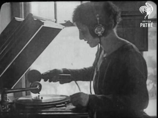 worlds-first-mobile-phone-dj-phonograph-sm.jpg