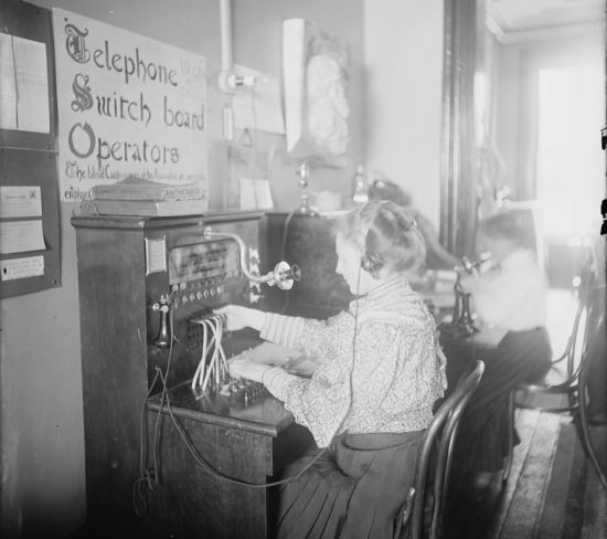 Women at telephone switchboards in the early 20th century(Library of Congress)
