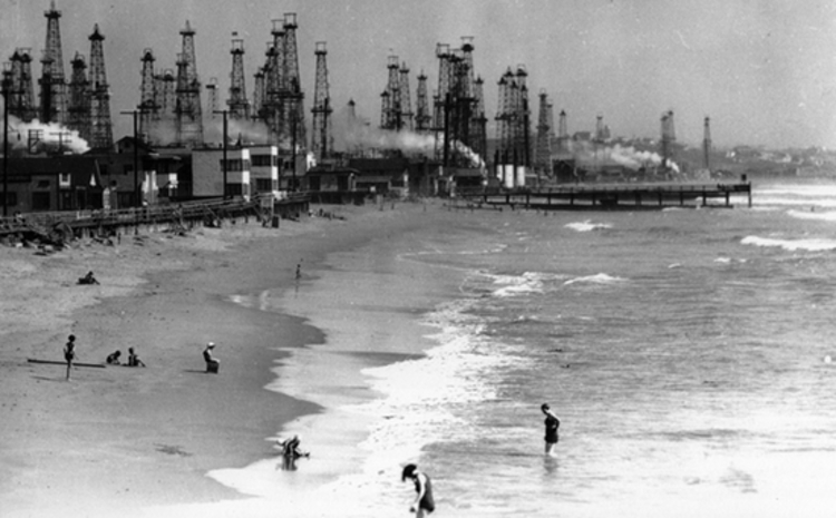 Oil wells at Venice Beach on January 26, 1931 (Source: Paradise Promoted by Tom Zimmerman)