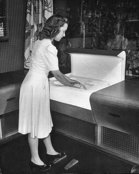 1943 dishwashing kitchen paleofuture.jpg