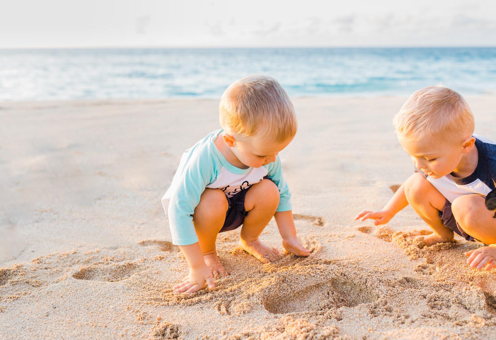 extended-family-big-island-vacation-cousins-grandparents-beach-waikoloa-sunset-hawaii-7195.jpg