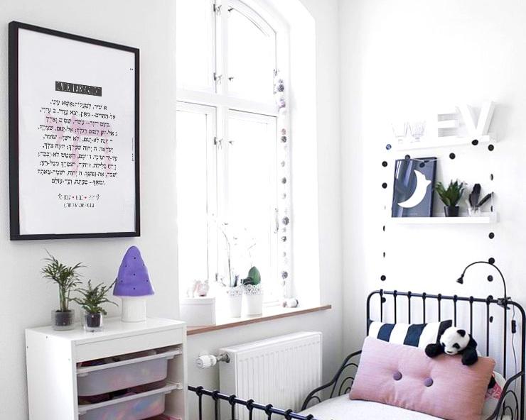 4. Donnez du style à la chambre des enfants - Les idées ne manquent pas pour transformer l'univers de vos petits facilement, en y invitant de la couleur, de l'originalité et beaucoup de gaieté !- Sur les murs, optez pour des couleurs pastels douces qui s'allieront parfaitement avec nos affiches colorées et originales.- Très en vogue, vous pouvez opter aussi pour des papiers peints fantastiques qui vont développer l'imagination de vos enfants.- Sur les lits, entreposez des coussins qui donneront une ambiance chaleureuse à la chambre.- Près de son bureau, n'hésitez pas à rajouter des lampes et veilleuses originales.