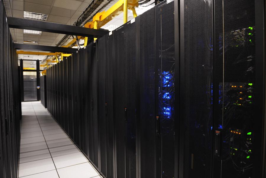 Vista interna de data center da Ascenty