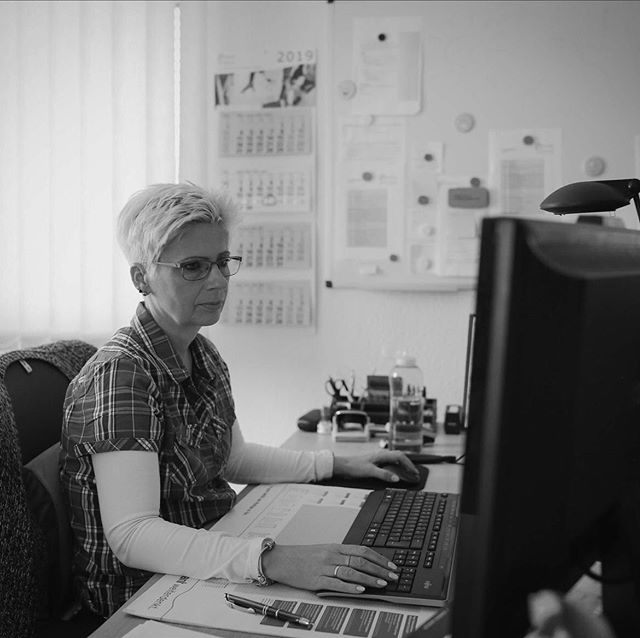 Ohne unsere Power-Frauen in der Buchhaltung wären wir aufgeschmissen.  #wirbeikronegt #teamkronegt #kronegt #danke #buchhaltung #büro #büroalltag #konzentration #konzentriert #arbeitsplatz