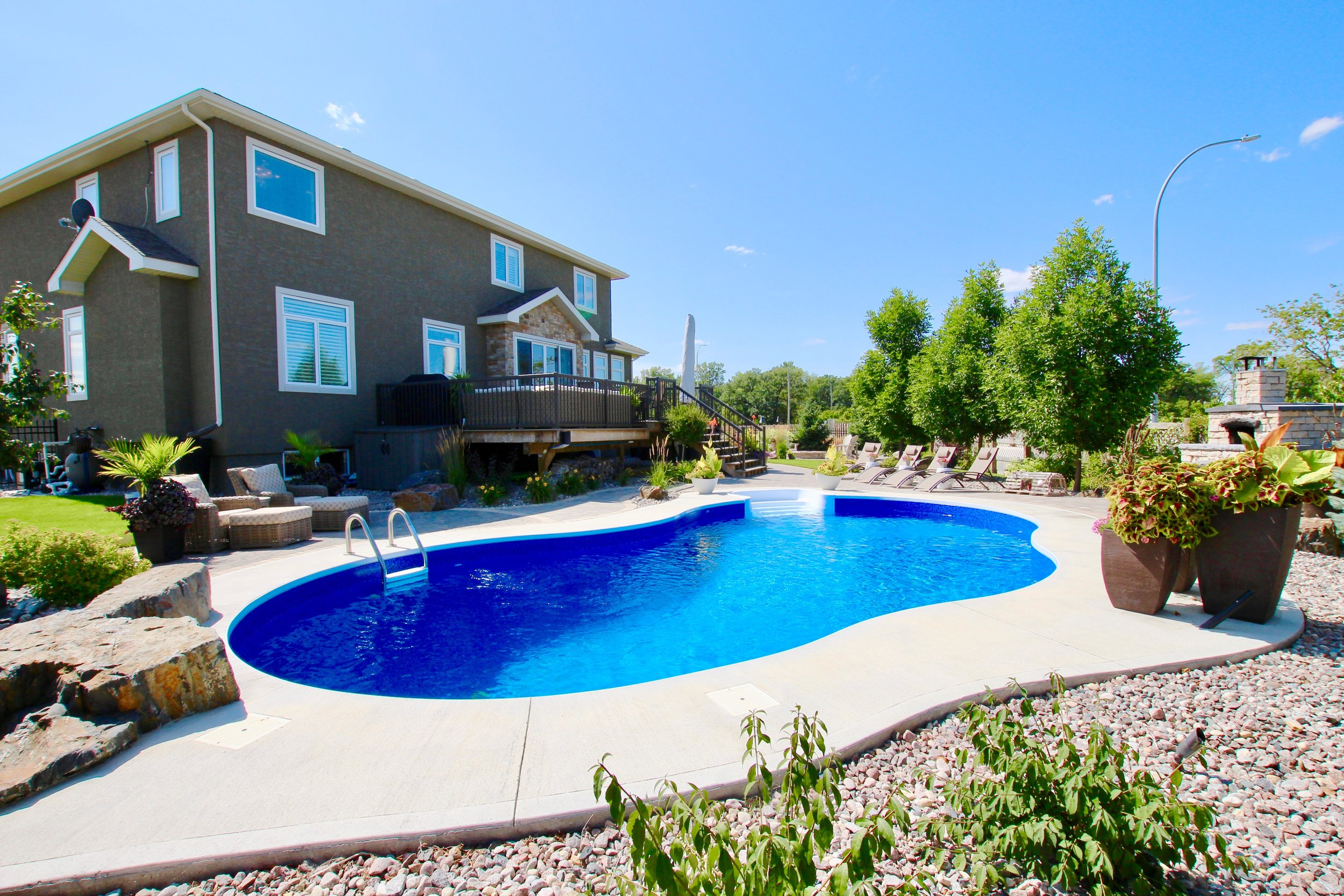 2821 SQFT - BUILT IN 2014 / CREEK VIEW / PIE LOT / IN-GROUND POOL / 4BRS / 3 BTH / LANDSCAPED