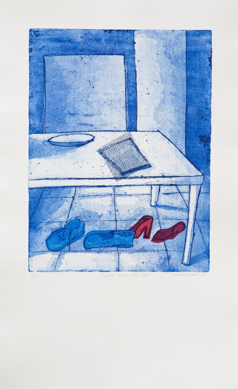 zapatos debajo de la mesa