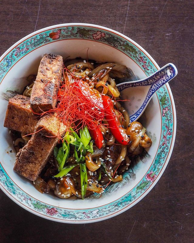 If you are hanging around downtown next week there are so many options for you to check out during YYCVW 2019 (on top of all the ones we already mentioned - check the website for the complete list!!) including @koicalgary's tofu udon noodle bowl - who doesn't love udon noodles?! @savegcafe who is featuring their 'Sweet and Sour Special' (which was featured on CTV Morning Live yesterday!!) and @thelulubar (a brand new sister bar to @thebridgettebar on 17th with amazing cocktails) who is featuring their vegan dumplings!! 🌱🍴😋🍜🏙🍚 #yycveganweek #yycgoesvegan . . . . . . . #yyc #yycliving #yycevents #yycfoodie #vegan #vegansofig #vegansofinstagram #vegansofcanada #govegan #veganfood #veganfoodshare #veganlifestyle #veganliving #bestofvegan #vegancommunity