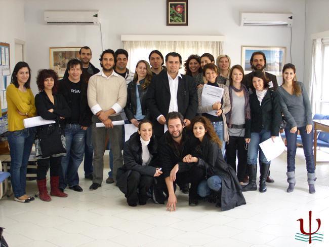 Αναμνηστική φωτογραφία αριθμού μελών που συμμετείχαν στην πρώτη γενική συνέλευση αρχαιρεσιών του Συλλόγου.