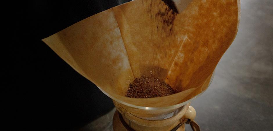 PASO 02  Coloca el café molido sobre el filtro de tu Chemex uniformemente.