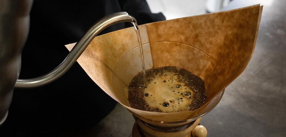 """PASO 03  Pon suficiente cantidad de agua sobre el café molido para humedecerlo. Deja de verter agua una vez húmedo tu café molido. Lo que ocurrirá con el grano de café es el """"Bloom"""", a este proceso se le llama a los movimientos burbujeantes que se observan en el café y esto ayuda a desgasificarlo y por ende, obtendrás una taza más limpia. Esto toma alrededor de 40 segundos."""