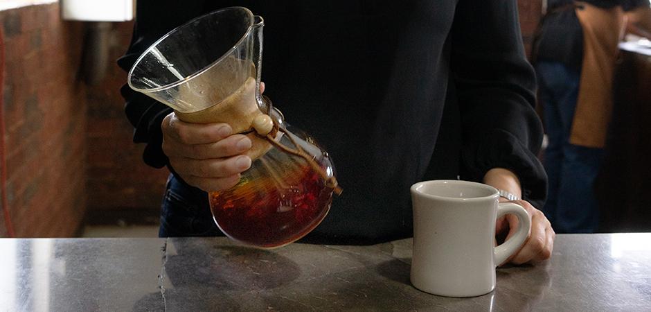 """PASO 04  Una vez hecho el """"Bloom"""", continua vertiendo el resto del agua hirviendo de forma continua y formando círculos sobre tu Chemex. La extracción final de tu taza tomará alrededor 1' 30'' aproximadamente."""