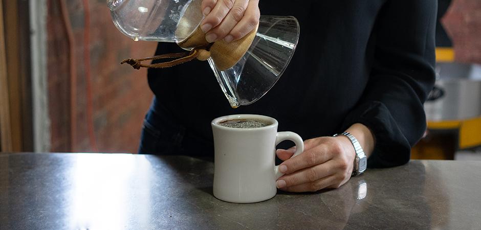 """PASO 05  Cuando tu extracción comience a """"gotear"""", el filtro está listo para ser removido, y tu café listo para ser servido. ¡Disfrútalo!"""