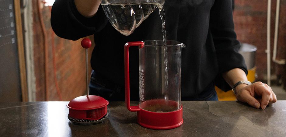 PASO 02 Con un solo movimiento, vacía toda el agua caliente sobre el café, de manera que tu café quede completamente inmerso en el agua. No hacer ningún movimiento adicional.