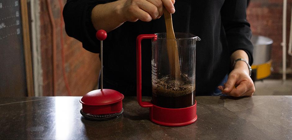PASO 03  Cuenta 1 minuto de haber servido el agua en el café y agita tu café para que vuelva a estar en contacto con el agua por segunda vez.