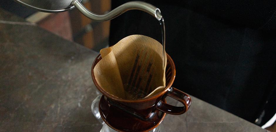 PASO 01  Coloca tu filtro para Bee House en tu Método Manual. Vierte un poco de agua caliente sobre el filtro de papel para limpiar y quitar cualquier residuo de papel, y evitar contaminar el sabor de tu taza final.