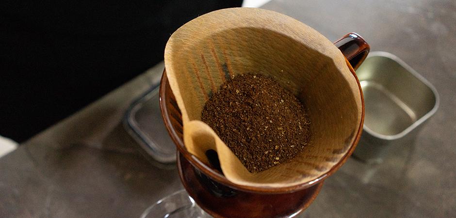 PASO 02  Coloca el café molido sobre el filtro de manera uniforme.