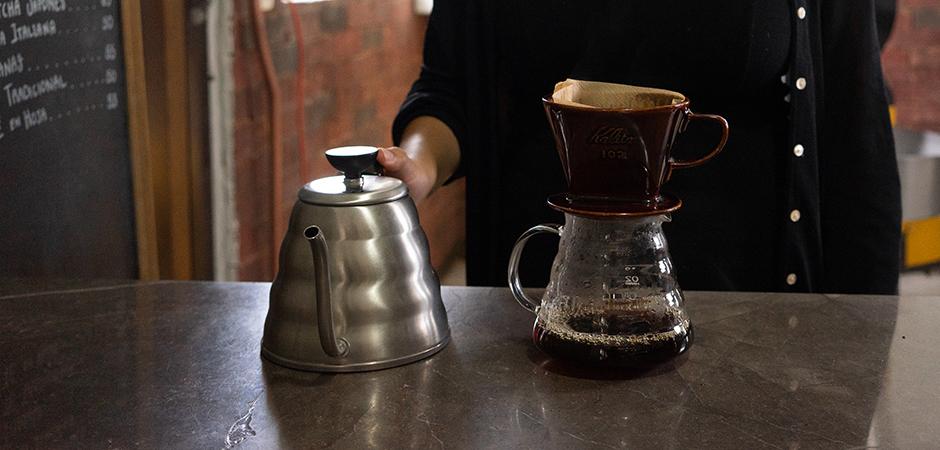 """PASO 04  Una vez hecho el """"Bloom"""", continua vertiendo el resto del agua hirviendo de forma continua y circular sobre el café húmedo, para continuar de hacer la extracción de tu taza. Esto toma alrededor de 1' 30'' aproximadamente."""