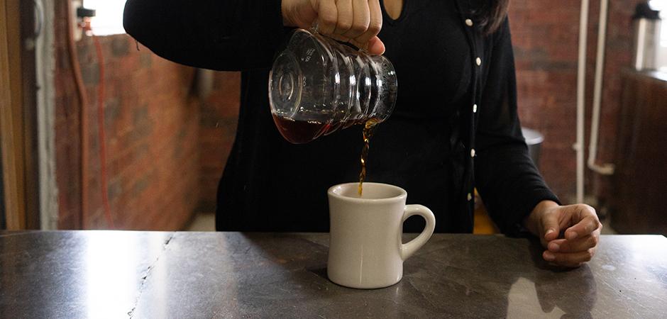 """PASO 05  Cuando tu extracción comience a """"gotear"""", el filtro está listo para ser removido. Sirve tu café en taza y disfruta de las experiencias sensoriales que tu grano y éste método te podrán ofrecer."""