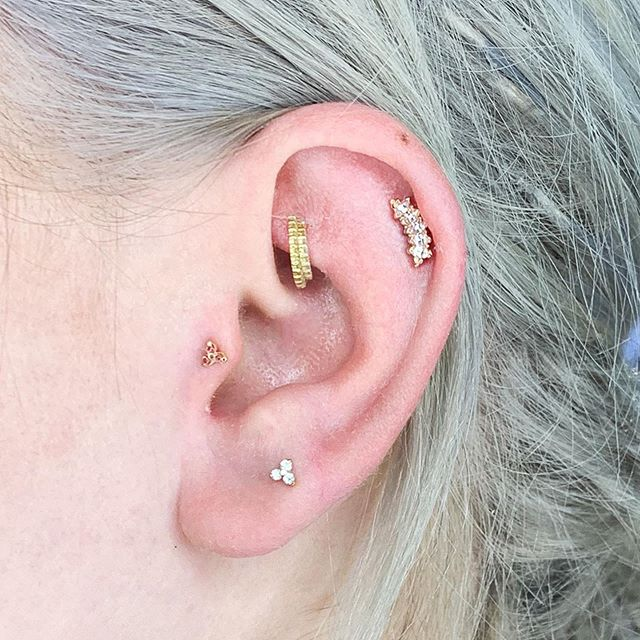 One of the ways to create a stand out look when you're putting together tiny little pieces of jewelry for your ear look, is to mix your metals. It gives it depth and interest. @emarielars has it figured out pretty well.. #lookinggoodfeelinggood
