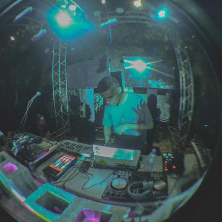 Adriel.  Es un productor con inclinaciones a la música ochentera tanto de su país como de otras partes del mundo. Sus inicios fueron con el 8-bit y a través del tiempo ha pasado por diferentes géneros de la electronica como el frenchhouse, funk y electronica experimental.  @adrielmusic_