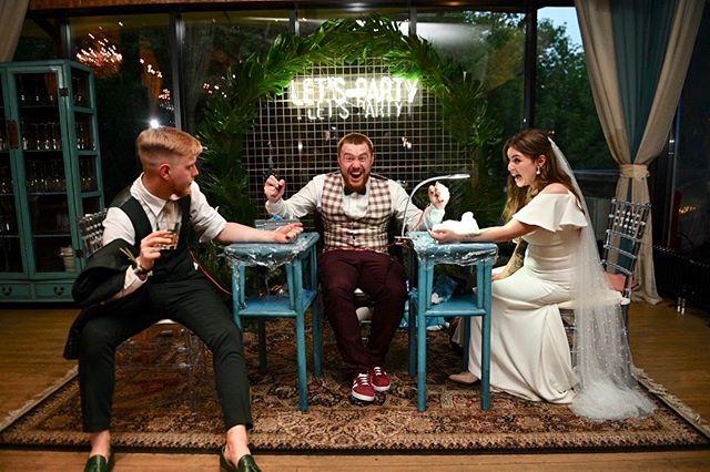 Это не армрестлинг,  не сумасшедший конкурс ведущего, это очень классная фишка безумно классной пары! Догадались что происходит? 👻 #мерсифренд #свадьба2019 #gvo3d_com #weddingphotography #свадьбавмоскве2019  Отлично поснимали с  @fil_davidyuk_