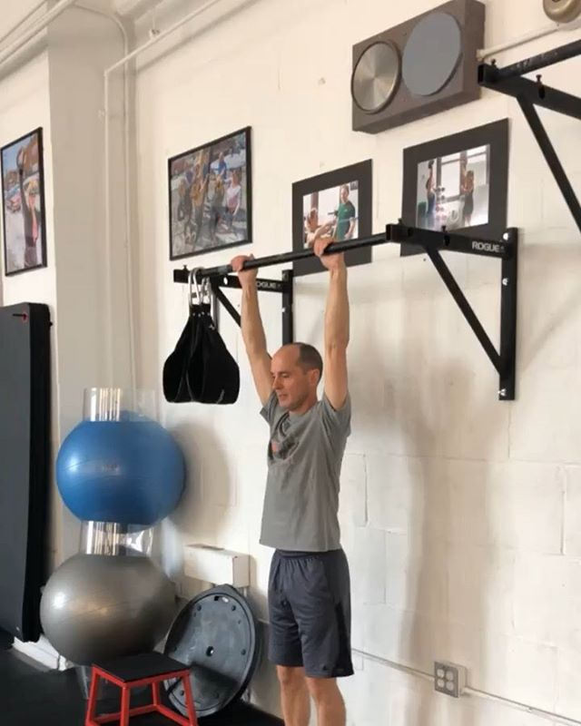 I'm pretty sure @davekrill told me I'd deserve a raise if i got him to do a strict pull-up. . I'll just be over here waiting for my check. 💁🏻♂️ . @kg_strong . #strongpeople #southphilly #fitnessforallbodies #strengthforallbodies #queertrainer #queerfitness #bokbuilding