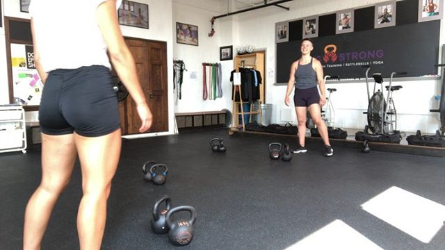 working on my #sfg level 2 skills with @lainedee, who's working on her sfg endurance skills. after this, we did swings & get-ups. . #strongpeople #kettlebells #strengthforallbodies #fitnessforallbodies #southphilly #queertrainer