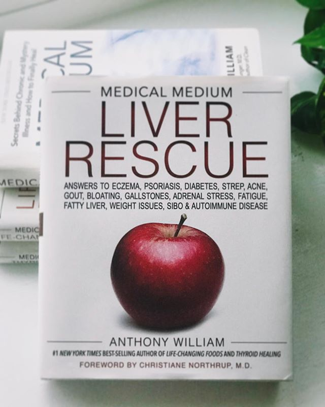Hi! I have been meaning to share my healing journey with all of you for some time now hoping that it can help others. • About a year ago I stumbled upon the Medical Medium book series📚 and began the protocols to heal from psoriasis. I love all of his books, but Liver Rescue 🍎 is so dear to my heart as I have struggled with psoriasis since my early teens. Over the years I have gone through a wide spectrum of psoriasis flares; from clear skin - mild flares - to life-threatening hospital/bedridden flares. After 20+ years of on/off flares I have learned to be very patient with the healing process and with my body. I've learned to listen to it and to stay positive by looking for any signs of healing, even if they are small. Most importantly, I have come to BELIEVE in my heart that I will HEAL. Perhaps it might take longer than I would like and it might get worse before it heals, but there is always light at the end of the tunnel. •This past October, after 10 months following the medical medium protocols and about 14 months of going plant-based (mostly raw vegan) the flare on my torso (front and back) and scalp healed. However, 4 weeks later my legs and arms began to flare. This was painful physically and emotionally. Having the flares so visible in my body created a lot of insecurities and doubts as I didn't understand how if I had strictly followed the protocols and was eating so clean for over a year, my skin was flaring back again. This time I realized many things... that it takes a while for my body to heal and go through a deep cleansing after so many years of toxins, pathogens, and emotions stored in my body and liver. That healing is not linear and that I need to be gentle and have self-compassion more than ever present in my heart. Another flare doesn't mean that what I am doing is not working, because I know in my heart that I am healing in more ways I can visibly see and possibly realize. My legs and arms are slowly healing, and I have no doubt they will heal c