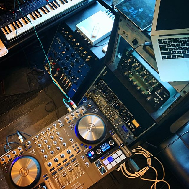 Knee deep in tech, kicks and synths 🔉 . . . #friyay #datatransmissionradio #aboderecords #blacksilencemusic #ibizaradio #ibiza #housemusic #hardrockhotelibiza @internationalmusicsummit #internationalmusicsummit #ims2019