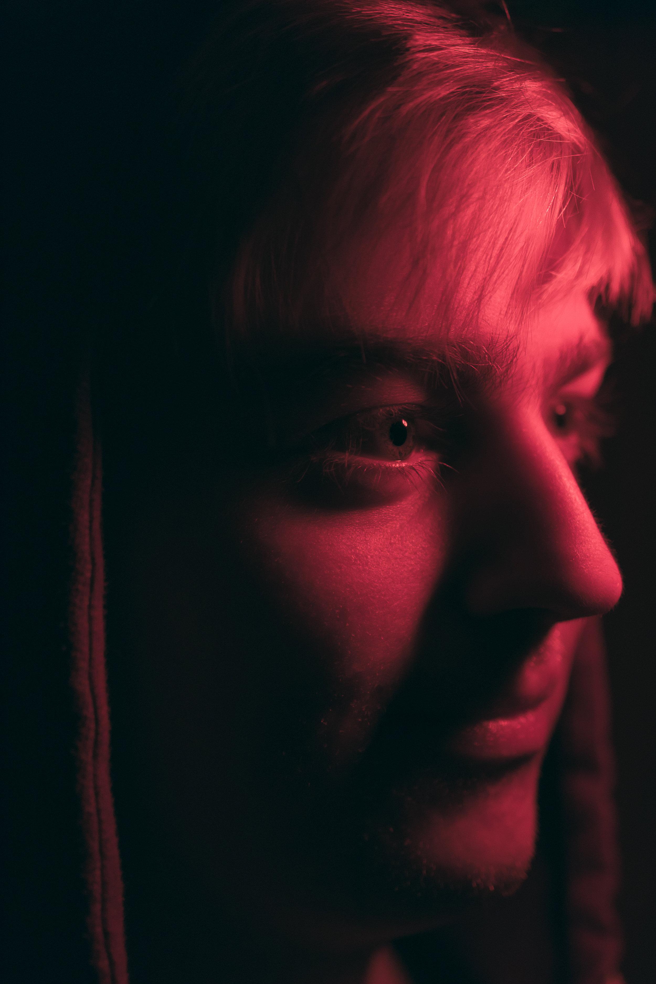 Rødt lys i mørket brukt til et Rembrandt portrett av en person.