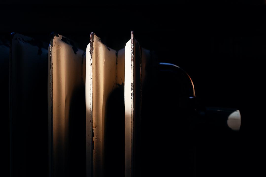 Dramatisk radiator i mørket ved solnedgang. minimalistisk og enkelt. bakgrunnsbilde landskap fotografi.