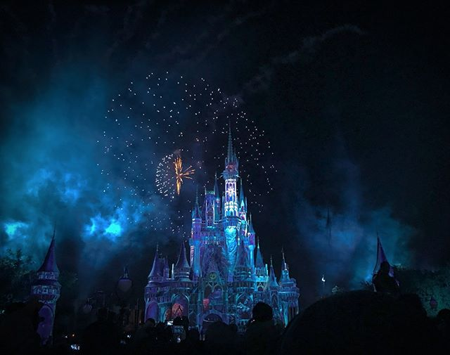 Love the end of the night firework show at Disney parks? 😍 Did you know that those fireworks were strategically added to keep guests in the parks LONGER, because Disney noticed that guests were only staying into the afternoon? I think their strategy has worked pretty well, if you ask me 😉