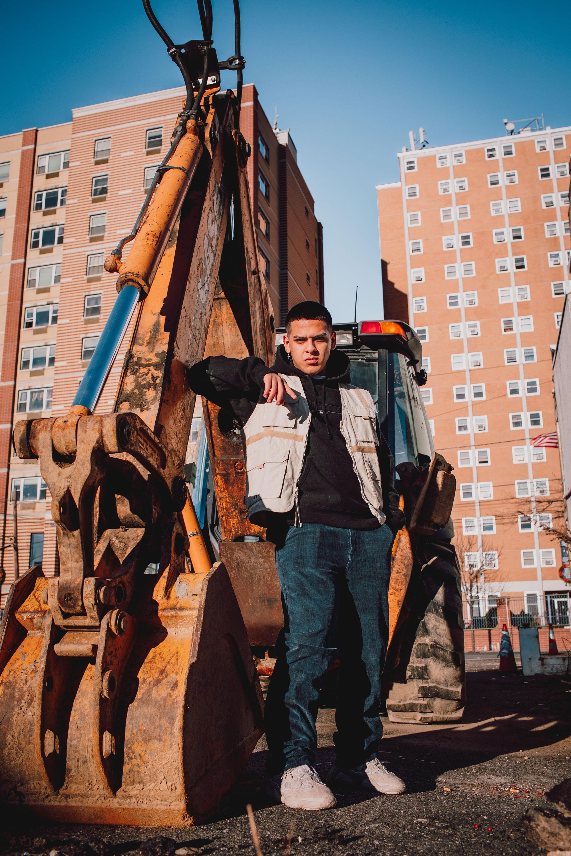 ¿Qué te gustaría ver cambiar en esta ciudad? - West New York realmente necesita limpiar la ciudad y hacer que los edificios se vean mejor para todos nosotros, simplemente pintarlos mejor. Los murales de arte pueden estar en todas partes, hay mucho espacio alrededor, no hay necesidad de tener tantos anuncios. También la ciudad tiene que ayudar a los patinadores, necesitan renovar el skatepark aquí en WNY.