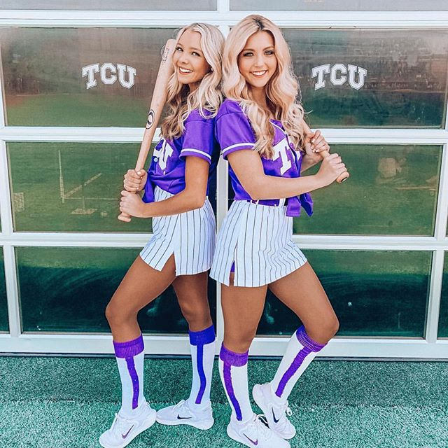 We can't wait to watch some TCU Baseball tonight! These bronzed beauties always look great cheering on the frogs!💜⚾️