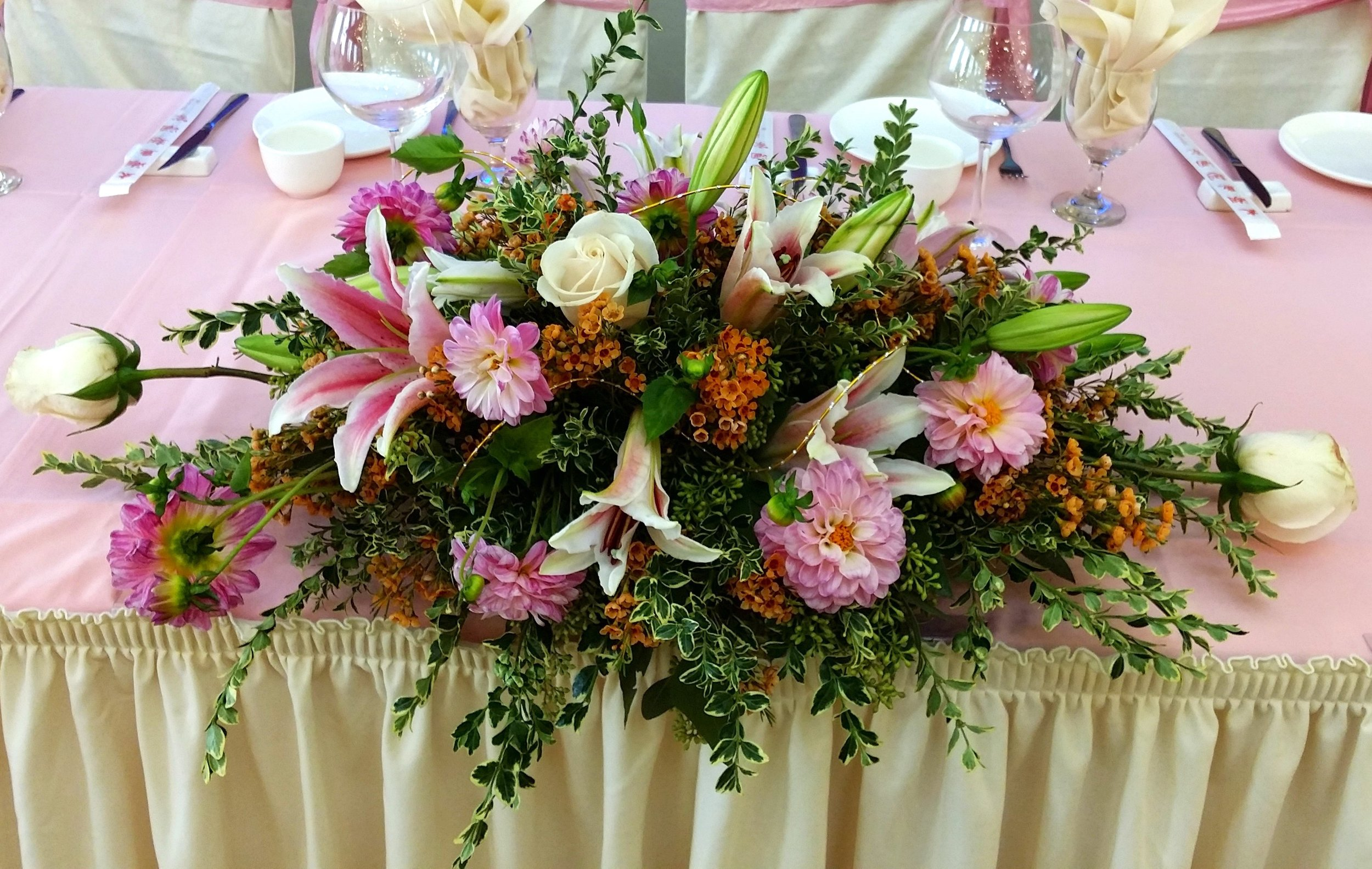 - We love how adding multiple types of flowers into a centerpiece draws different viewers eyes to different parts of the centerpiece. It also creates a lot of color and texture that you don't get with a single flower.