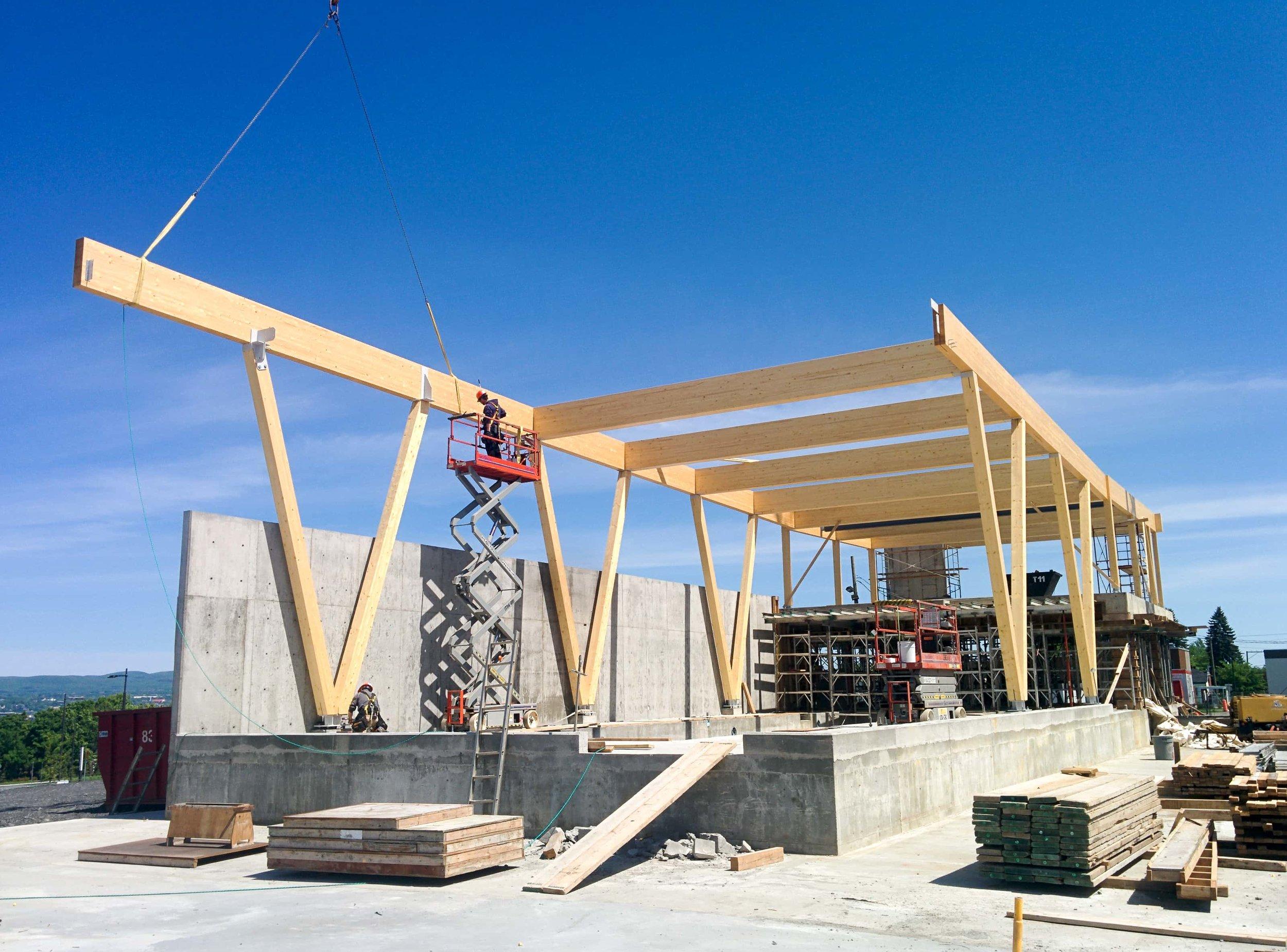 Maitre d'œuvre - Construction les Charpentistes se spécialise dans l'assemblage de structures de bois apparente. Les Charpentistes peuvent travailler la structure en chantier, ou encore faire la prise de mesure, procéder à la coupe ou à des réparations sur place.
