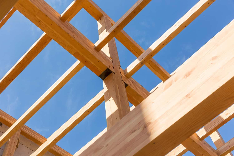 Le plein potentiel du bois - Notre équipe de charpentiers-menuisiers se passionne pour le travail du bois et s'efforce de préserver l'art de fabriquer et d'assembler tous les types de charpentes en timber frame ou lamellé collé.