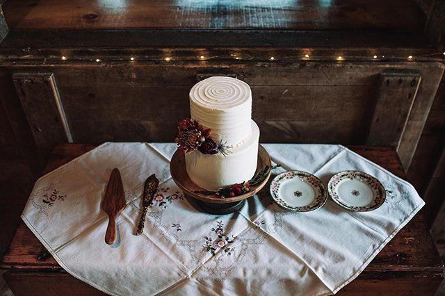 Tyler & Emily's simple and very elegant cake display 😍