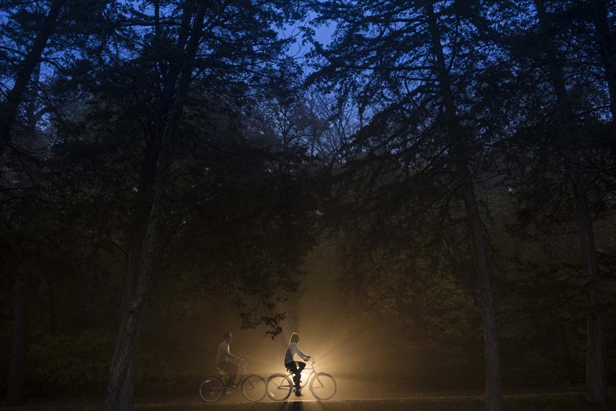 21-Minneapolis-foggy-engagement-session-on-bikes.jpg