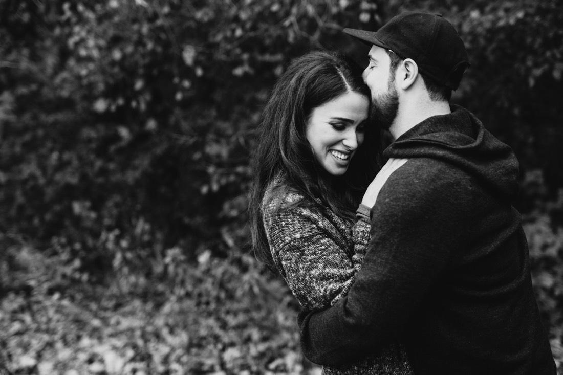 015_photos_couple_engagement_and_black_white_saint_hugging_Paul-1100x733.jpg