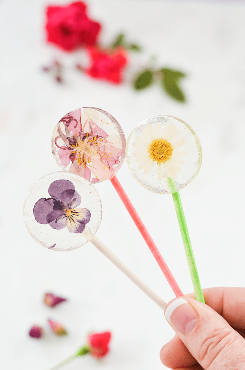 Easy-DIY-Lollipops-With-Edible-Flowers-click-through-for-recipe.png