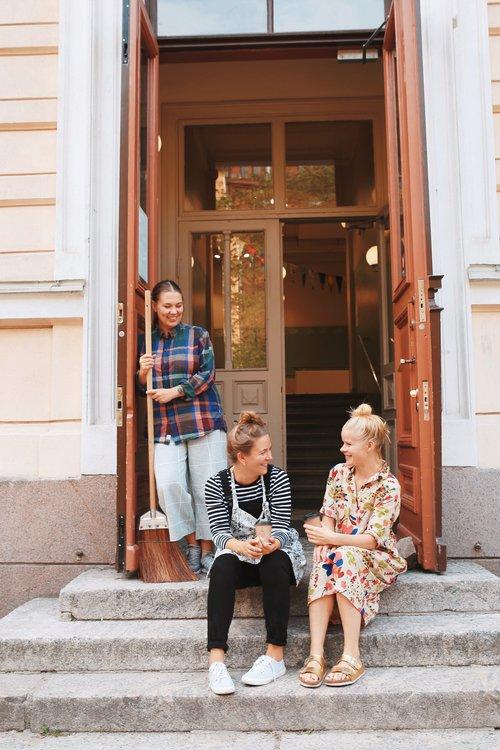 2_Sanna_Mander+Outi_Mehto+ja+Aino+Heikkinen_Kuvaaja+Ella+Aatola.jpg