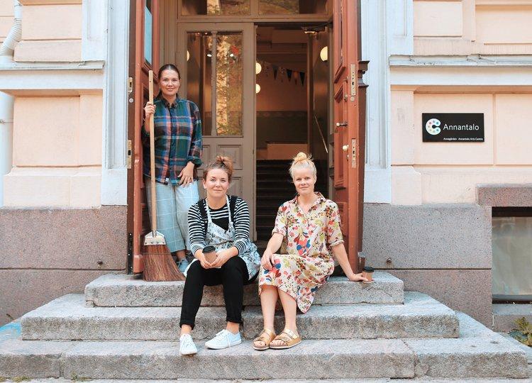 1_Sanna_Mander+Outi_Mehto+ja+Aino+Heikkinen_Kuvaaja+Ella+Aatola.jpg