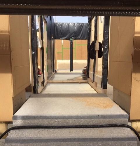 MAN KANN SCHON ETWAS ERKENNEN - Der Aufbau des Fundamentes sowie des Obergeschosses sind beendet und inzwischen liegen die Bauelemente aus Holz zur weiteren Verarbeitung bereit. Seit mit dem Aufbau der Außenwände begonnen wurde, kann man mit geübtem Auge bereits Teile des Treppenhauses erkennen. Zum Teil existieren auch schon die Zwischenwände und der Grundriss zeichnet sich mehr und mehr ab. Auch die Eingänge zum neuen Badehaus sind schon erkennbar.