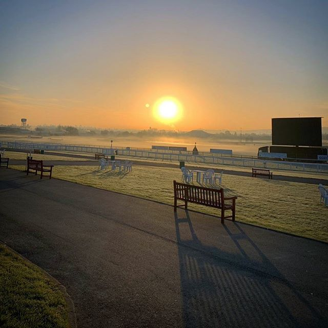 Sun rises on a beautiful January morning @herefordraces  #sunrise #morning #hereford #races #racecourse #race #horserace #mist #shadows #horse #horsesofinstagram  Pic from @jakestout93
