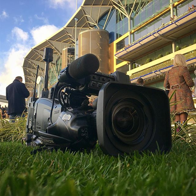Racecourse TV radio cam at @ascotracecourse with presenter Steven Powell doing a smashing job  #horsesofinstagram #camera #radio #radiocamera #cam #horse #horserace #race #racing #races #racecourse #ascot #grandstand #bluesky #sky